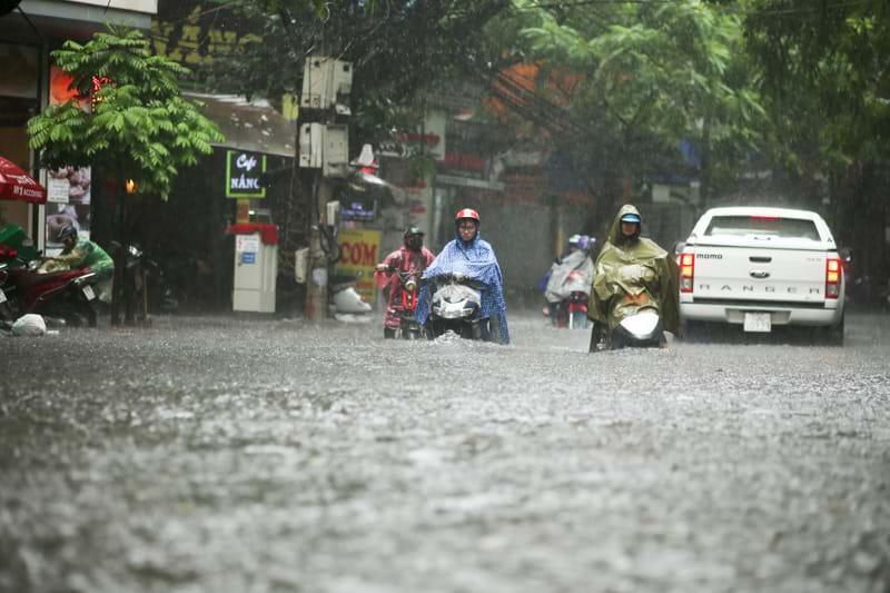 Phố Vương Thừa Vũ- Hoàng Văn Thái ngập sau trận mưa lớn ngày 22.8