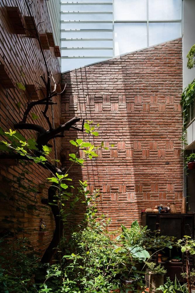 Sân sau còn đóng vai trò là khoảng thông tầng cho ngôi nhà nên luôn tràn ngập ánh nắng