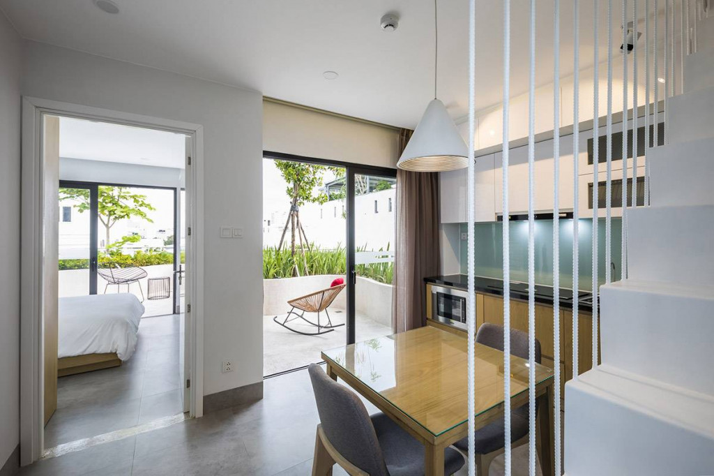 Một không gian sinh hoạt vừa đủ với bếp, phòng ngủ và sân vườn xanh mướt