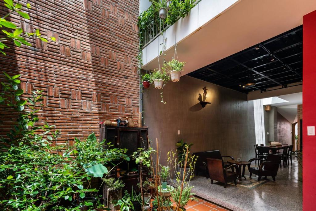 Ngôi nhà mới có phong cách mộc mạc, với nhiều khoảng tường gạch không sơn trát, phù hợp với những món đồ nội thất cũ của chủ nhà