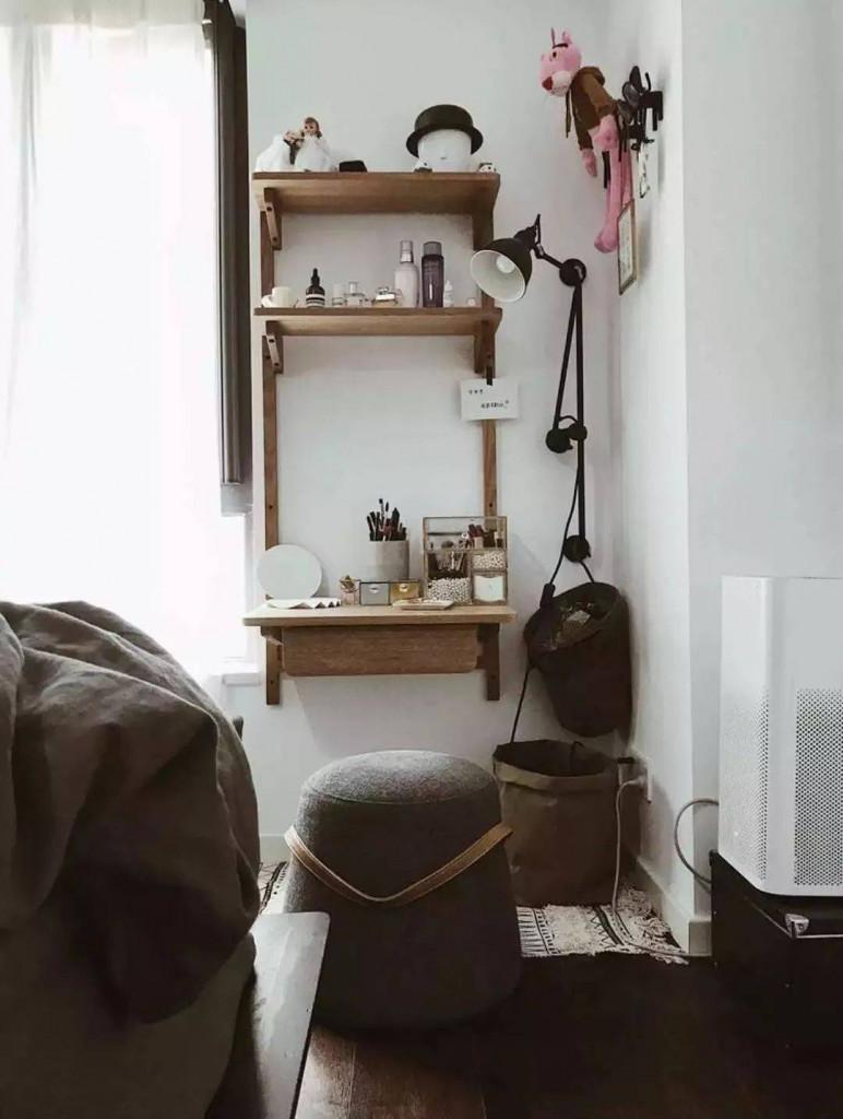 Khu vực đựng đồ chăm sóc da của trong phòng ngủ của anh chủ nhà