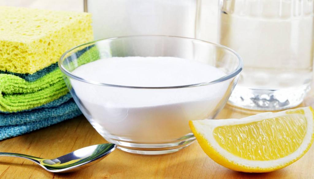 Đối với cách tẩy trắng bằng các nguyên liệu như chanh, baking soda và giấm trắng, bạn cần đổ/bôi trực tiếp các nguyên liệu này lên bề mặt bồn rửa và để yên trong khoảng 15-20 phút trước khi xả lại với nước sạch.