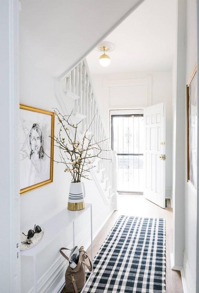 Bạn có thể trang trí hành lang bằng cách sơn tường trắng, để sàn gỗ sáng màu. Thêm thảm họa tiết kẻ caro, bình hoa nở rộ và khung ảnh cũng đủ khiến hành lang đẹp hơn hẳn.