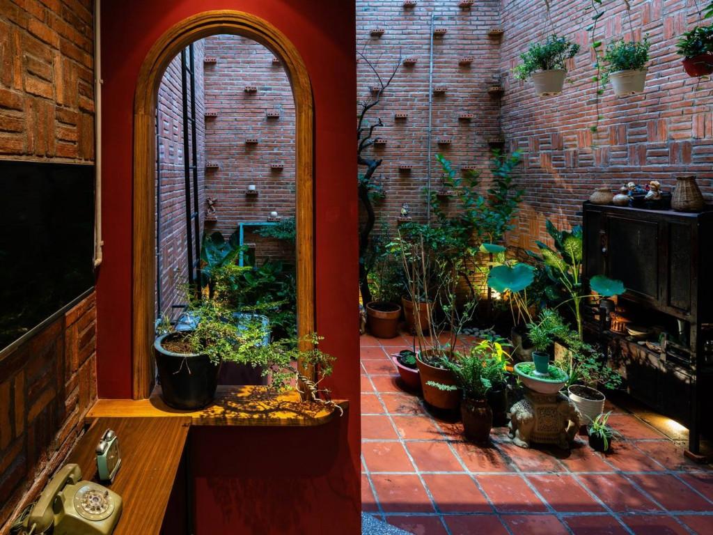 Những bức tường thô không trát như tôn thêm vẻ mộc mạc cho khu vườn