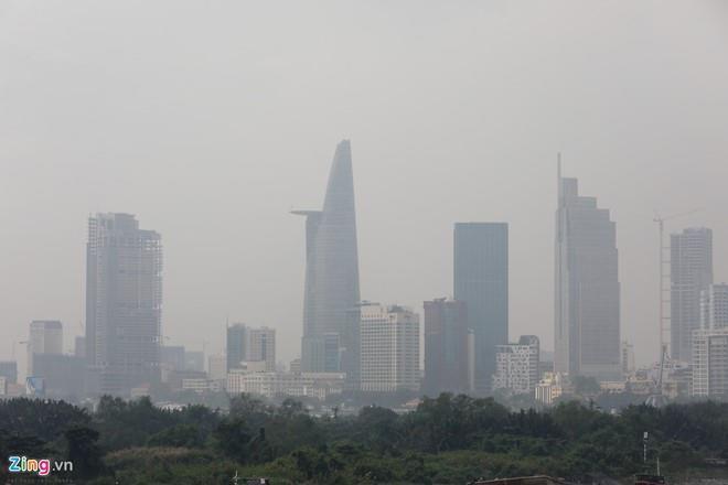 Bộ Chính trị đánh giá ô nhiễm môi trường tiếp tục gia tăng, nhất là tại các khu đô thị, thành phố lớn, ảnh hưởng lớn tới đời sống, sinh hoạt của người dân, trở thành vấn đề bức xúc của xã hội. Ảnh hiện tượng mù khô do ô nhiễm ở TP.HCM: Hải An.