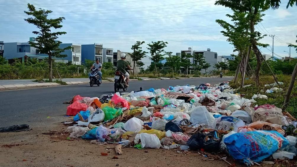 Hiện nay, trong khi bãi rác Khánh Sơn quá tải, thì ở các khu dân cư, khu đô thị tràn ngập rác thải