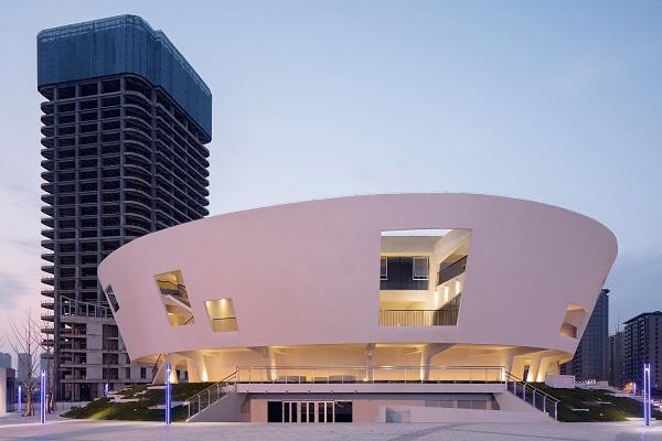 Nhìn từ xa, du khách có thể đoán được cấu trúc tổng thể của công trình qua các ô lõm khổng lồ này.