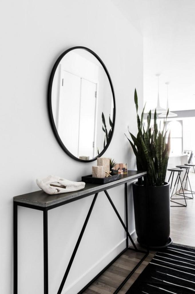 Những chiếc gương có thể tạo ra ảo ảnh quang học hấp dẫn, nới rộng diện tích, tạo cảm giác hành lang trở nên rộng lớn và thoáng mát hơn. Một chiếc gương tròn và bàn hẹp cũng mang lại thiết kế hiện đại hơn cho hành lang.