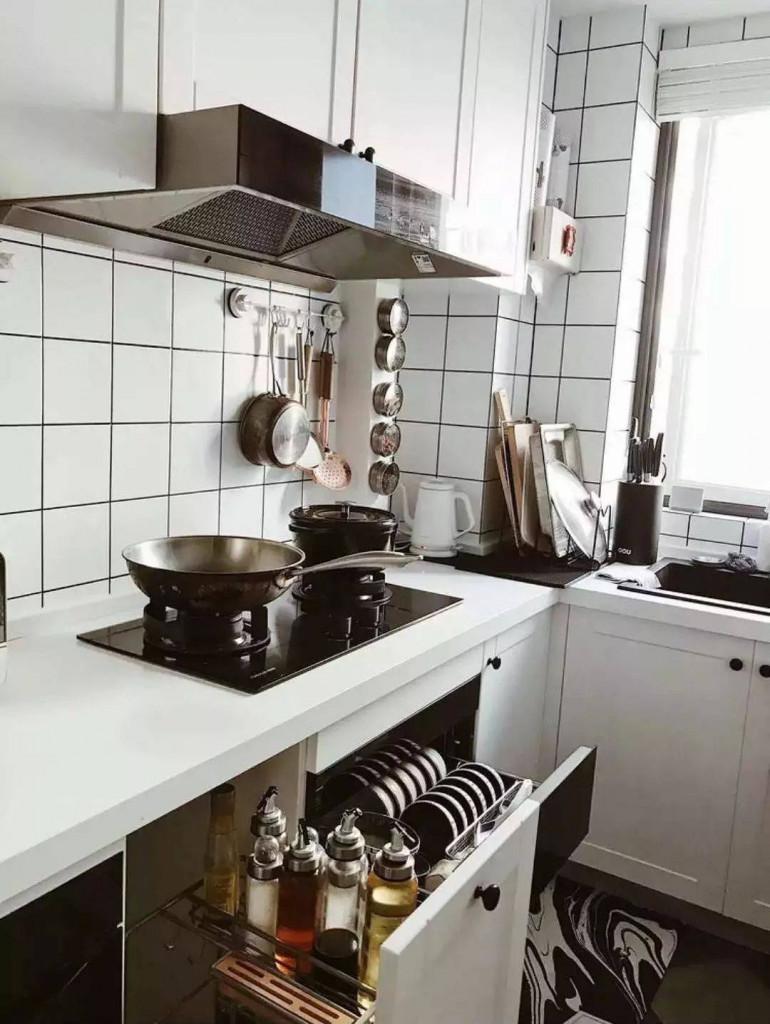 Hệ thống tủ bếp vuông góc, đầy đủ đồ gia dụng tiện nghi trong ngôi nhà hiện đại