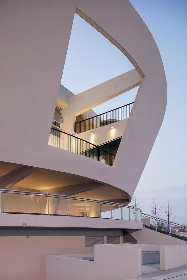 Lối ra vào công trình mang thiết kế đơn giản, khác biệt hoàn toàn với không gian bên trong.