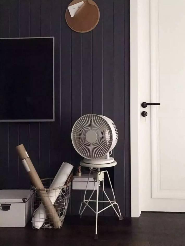 Tường đặt tivi ở phòng khách sử dụng gỗ thông sơn màu đen tạo cảm giác không gian hiện đại, tiện nghi