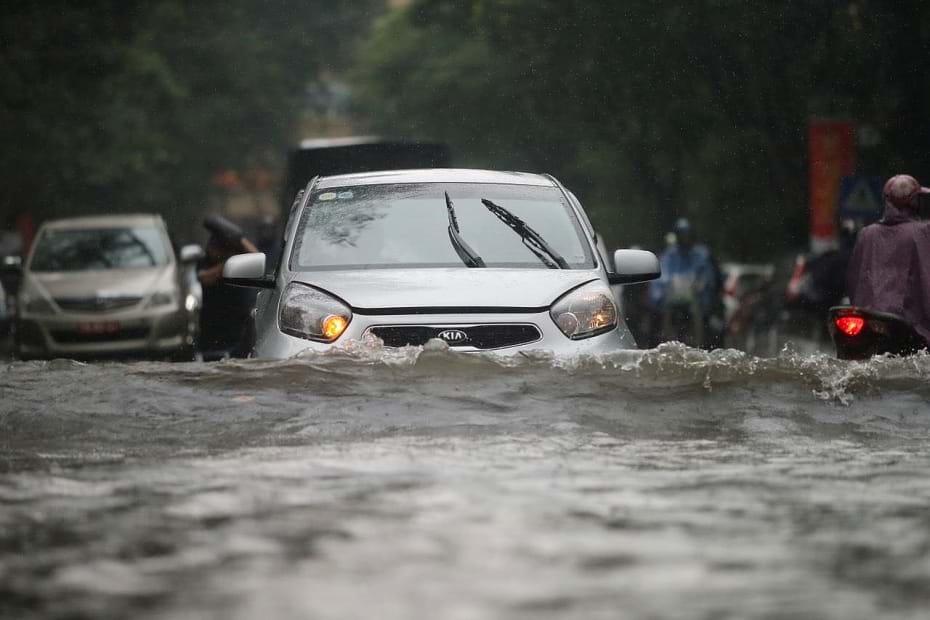 Mưa lớn khiến nhiều tuyến đường của Hà Nội chìm trong nước, nhiều điểm ngập sâu. Ảnh: Zing