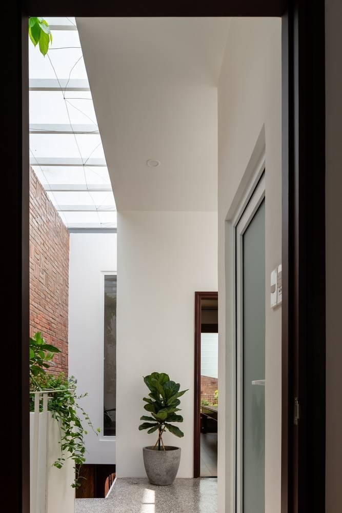 Hành lang xanh và thoáng là nơi cung cấp ánh sáng và độ thoáng cho các phòng ngủ