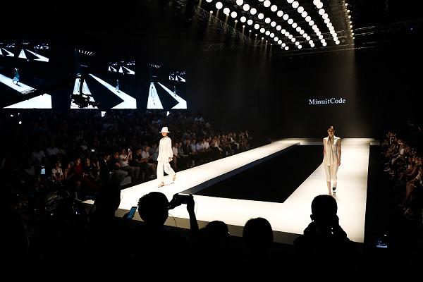 Còn đây là cận cảnh sàn sân khấu biểu diễn thời trang khi lên đèn.