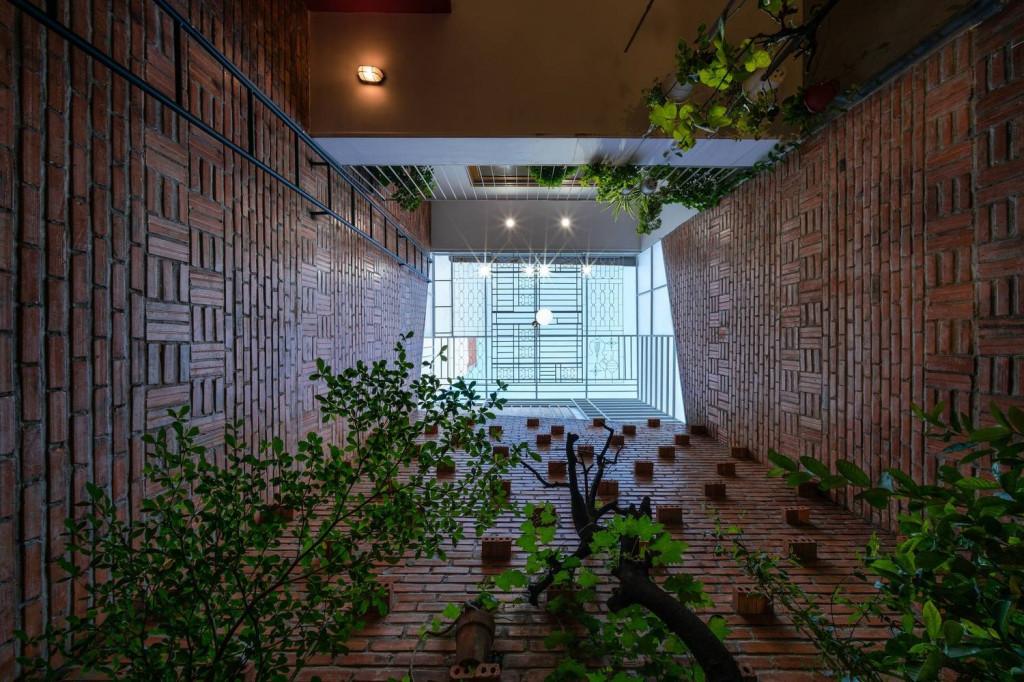 Nhìn từ dưới lên bạn sẽ thấy từ bức tường, đến cây xanh và cả mái che nữa tạo nên sự đồng điệu và hài hòa mà rất nhiều ngôi nhà khác phải mơ ước