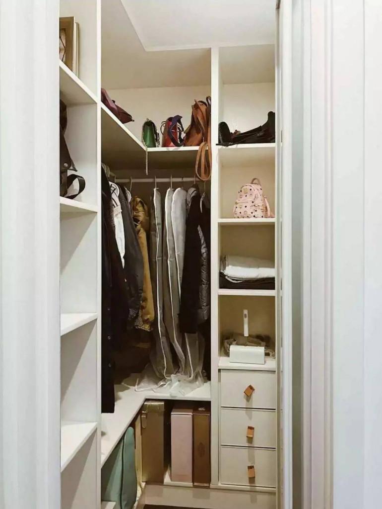 Chiếc tủ đựng đồ bố trí vuông góc sát tường giúp tiết kiệm diện tích hiệu quả
