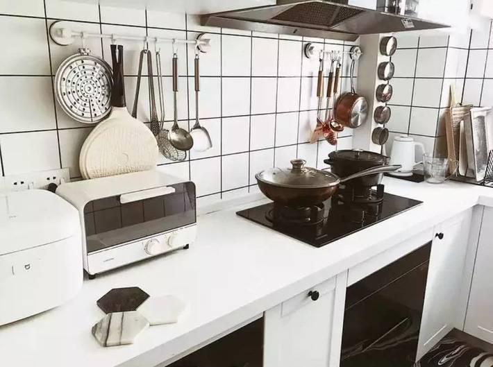 Hệ thống tủ màu trắng, ốp tường màu trắng tạo nên không gian bếp sang trọng, hiện đại