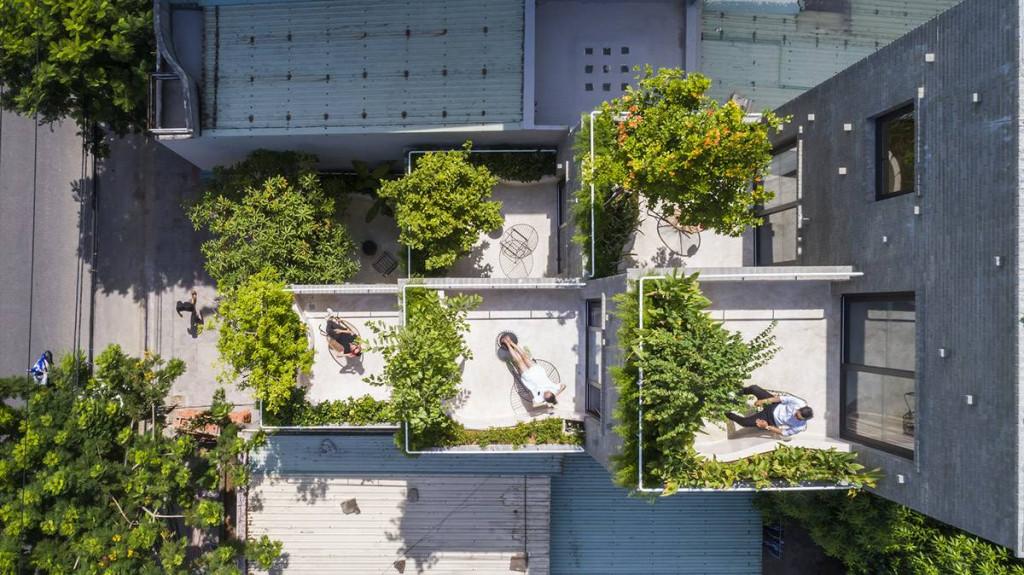Nhìn từ trên cao xuống không gian mỗi tầng luôn xanh và tràn ngập ánh sáng