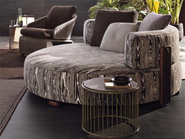 Một chiếc ghế sofa hình tròn đẹp mắt khác của Florida từ Minotti. Nó có cấu trúc kim loại chắc chắn, có khả năng chống ăn mòn và đệm xốp được bọc trong vải chịu nước. Tất cả những yếu tố này làm cho ghế sofa phù hợp cho cả không gian trong nhà và ngoài trời.
