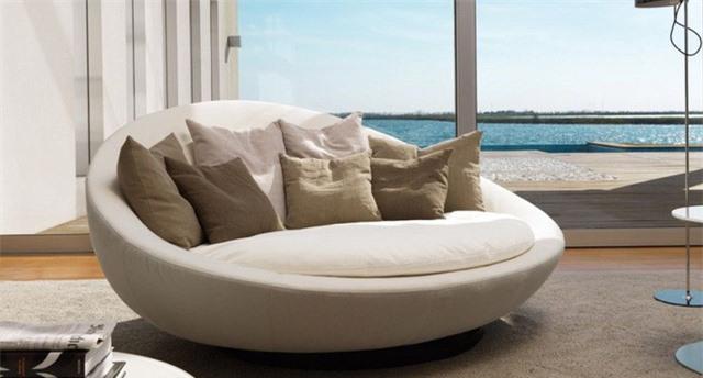 Một thiết kế ghế tròn thú vị và nổi bật nhất do Jai Jalan tạo ra. Đây là một chiếc ghế sofa tròn có thể xoay một cách liền mạch và tinh tế, bao bọc lấy cơ thể của người dùng. Trọng tâm của thiết kế là sự thoải mái đi kèm với đó là tính thẩm mỹ quyến rũ từ các màu sắc trung tính.