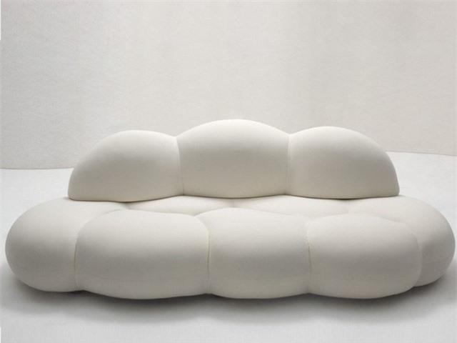 Không chỉ dừng lại ở hình tròn cổ điển. Trên thực tế, hầu hết các nhà thiết kế đều chọn các đường cong để tăng sự thoải mái và thẩm mỹ trong khi vẫn giữ được cấu trúc truyền thống. Một ví dụ tuyệt đẹp có tên Le Nuvole, một chiếc ghế sofa có hình dạng như một đám mây phồng lên, được thiết kế bởi kiến trúc sư Sergio Giobbi.