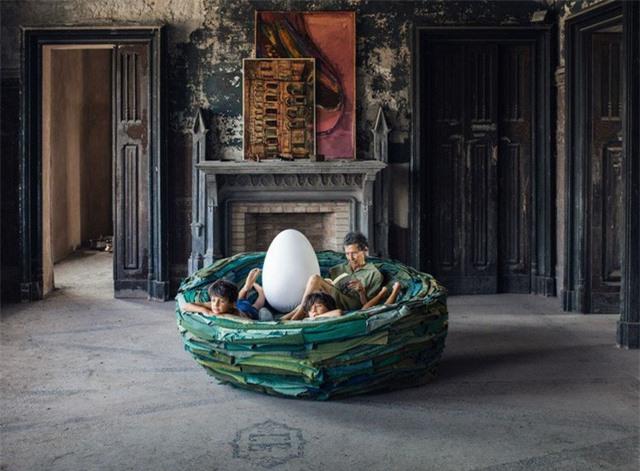 Một số nhà thiết kế đã đưa ý tưởng về một chiếc ghế sofa tròn lên một cấp độ hoàn toàn mới. Một ví dụ điển hình là chiếc ghế La Cova, được tạo bởi Gianni Ruffi Gufram. Đây là một phiên bản giới hạn và nó có hình dạng như một tổ ấm tình yêu, hoàn toàn theo nghĩa đen. Điều đó làm cho chiếc ghế không chỉ là một món đồ nội thất mát mẻ mà còn là một tác phẩm nghệ thuật thứ thiệt.