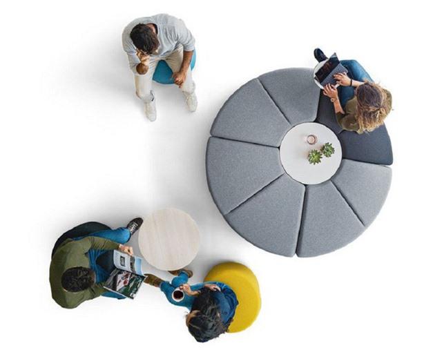 Chiếc ghế tròn có thể trở thành một nơi mọi người trong gia đình sinh hoạt chung, bạn bè đến nhà thành nhóm để làm bài tập... Một thiết kế tuyệt vời được làm đặc biệt cho mục đích này chính là dòng sản phẩm Bend bao gồm 4 mô-đun có thể được kết nối để tạo thành cấu hình chỗ ngồi.