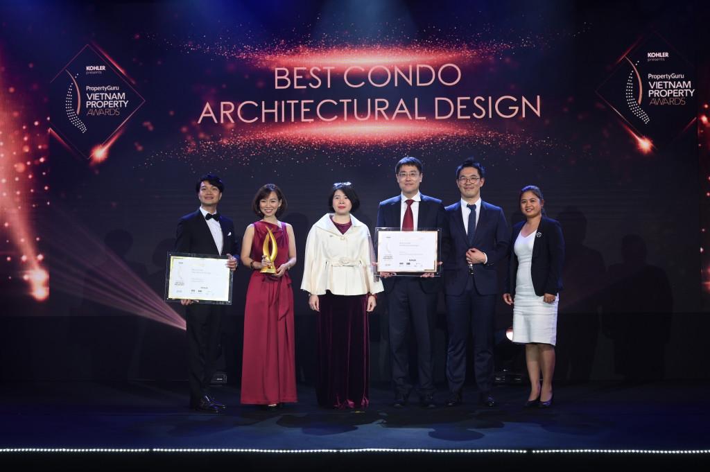 Đại diện Dulux Professional trao giải thưởng cho doanh nghiệp đoạt giải