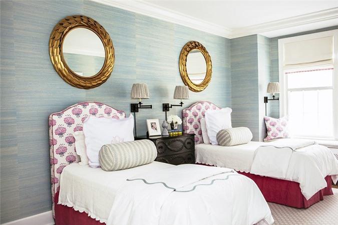 Phòng ngủ với 2 gương tròn đối xứng.