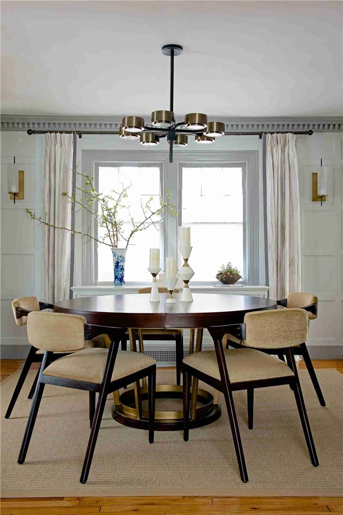 Việc lựa chọn hoa tươi hoặc chậu cây cảnh trang trí phòng ăn phụ thuộc vào diện tích căn phòng
