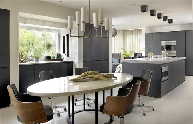 Những chậu cây xanh để bàn hay lọ hoa tươi trang trí thích hợp với những căn phòng ăn có diện tích hạn chế