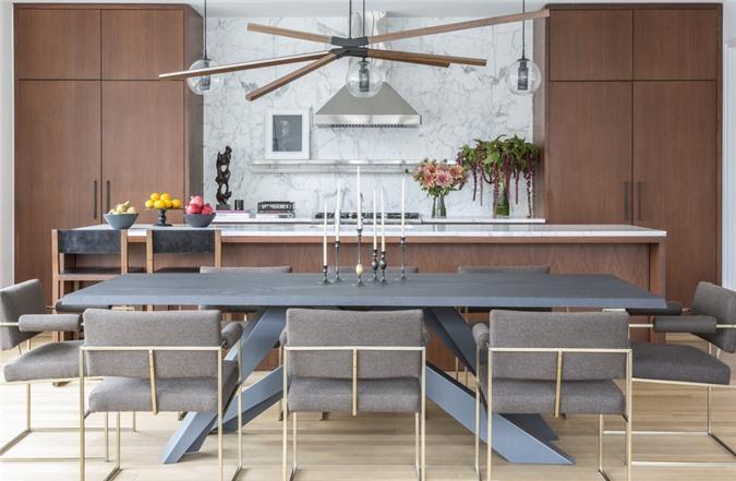Để có được căn phòng khách mát mẻ, dễ chịu đừng quên bổ sung những chậu cây xanh hay tự cắm lọ hoa tươi để bàn nhé