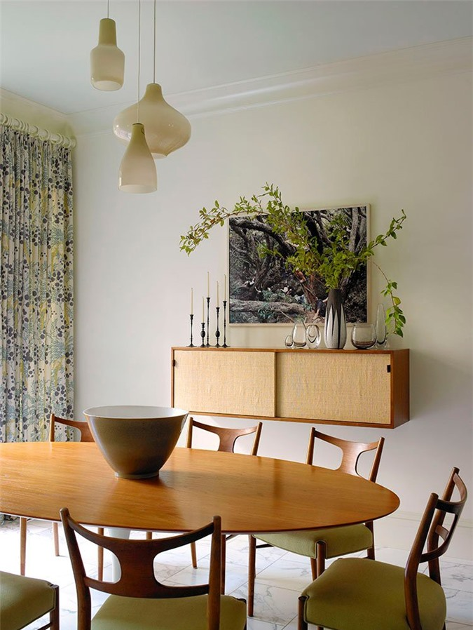 Bạn có thể lựa chọn đồ nội thất mộc mạc được làm từ chất liệu gỗ tự nhiên để có được cảm giác thân thiện, gần gũi với thiên nhiên khi sử dụng