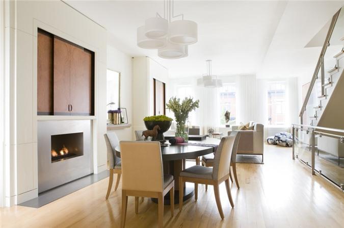 Sử dụng hoa tươi trang trí bàn ăn cũng là cách được các gia đình lựa chọn để đem đến sức sống cho căn phòng ăn