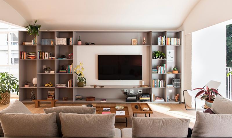 Chiếc tủ trở thành kệ trang trí, giá sách giúp ngôi nhà trở nên gọn gàng, ngăn nắp