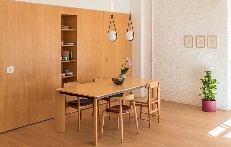 Nhờ chiếc tủ lưu trữ mà phòng ăn và nhà bếp đều trở nên rộng rãi