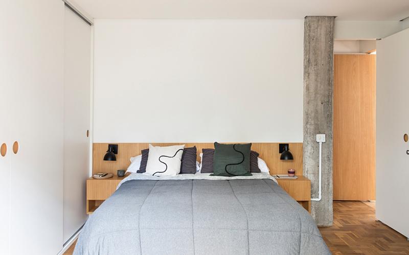 Phòng ngủ đơn giản đặt ngay sau cửa tủ