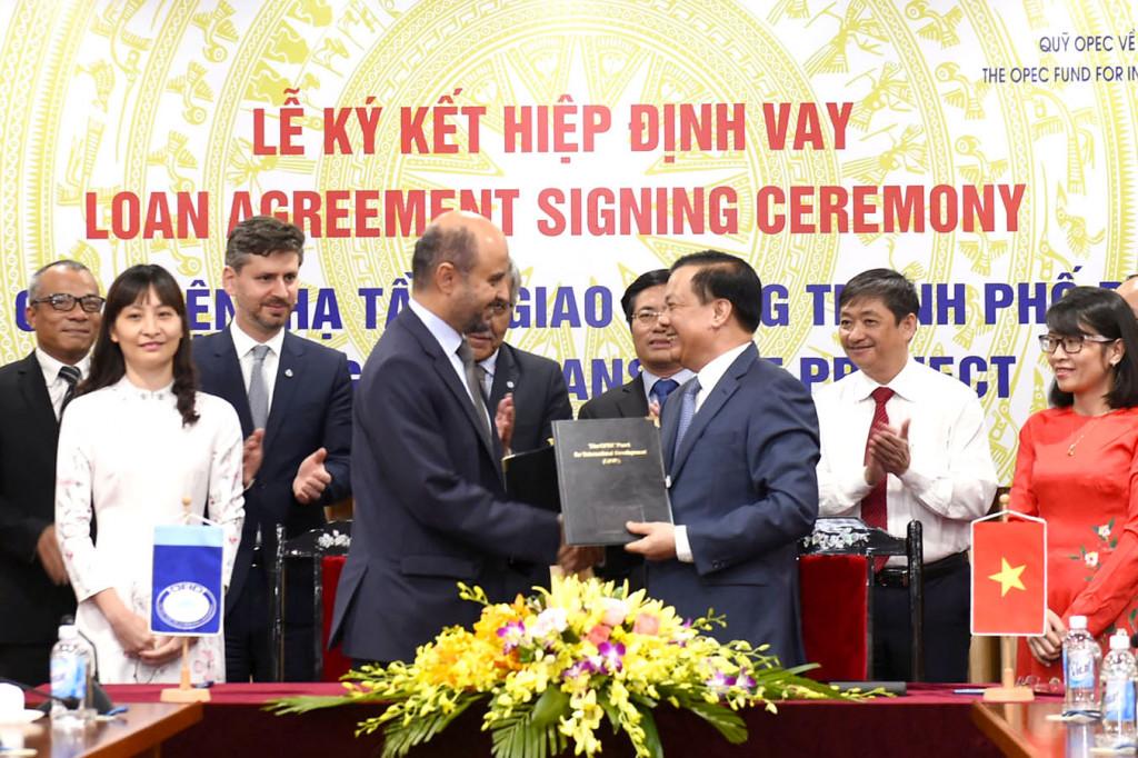 ộ trưởng Bộ Tài chính Đinh Tiến Dũng (hình phải) và ngài Abdulhamid ALKHALIFA, Tổng Giám đốc Quỹ Phát triển Quốc tế của Tổ chức các nước xuất khẩu dầu mỏ. Ảnh: BTC.