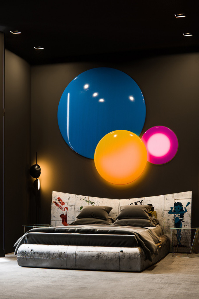 Phòng ngủ bao gồm đèn tường, giường ngủ, tranh dán đầu giường mang phong cách của một ngôi sao