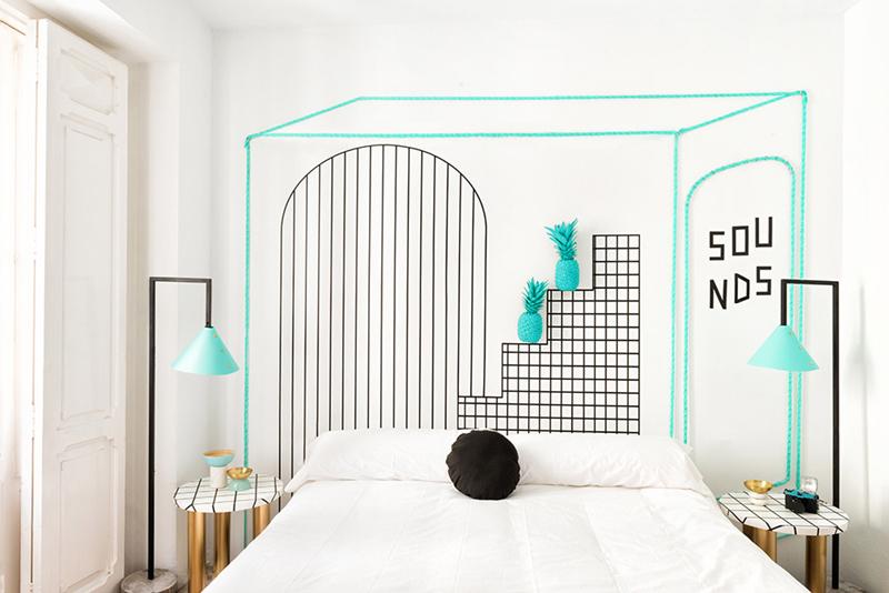 Màu xanh ngọc nhấn nhá khiến căn phòng trông sống động hơn hẳn