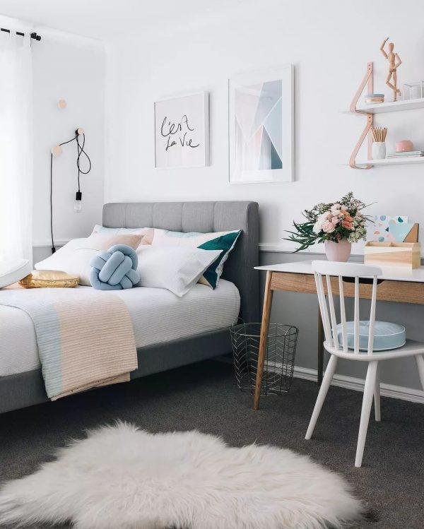 Ghế có chân nhỏ gọn, phù hợp với những không gian phòng ngủ nhỏ.