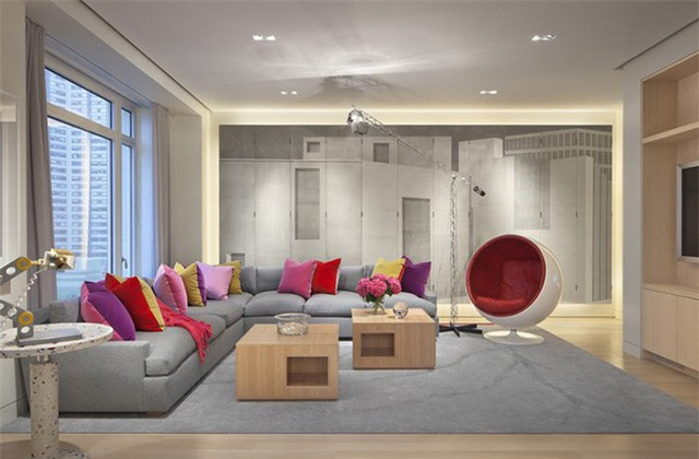 Bạn nên biết biết cách thêm màu sắc cho căn phòng khách nếu cảm thấy nó quá đơn điệu bằng việc lựa chọn những món đồ phụ kiện trang trí nho nhỏ.