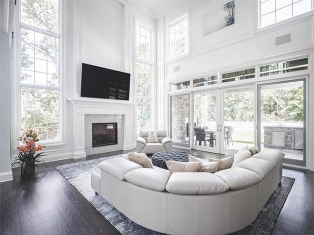 Rõ ràng là một căn phòng khách tươi sáng mang đến nhiều sự yêu thích hơn là một căn phòng khách bị thiếu ánh sáng.