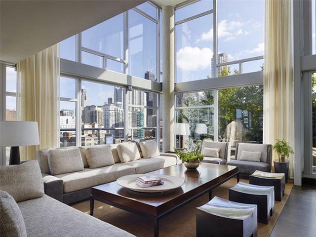 Những năm gần đây, xu hướng thiết kế tường kính cường lực cho phòng khách đang được rất nhiều gia đình lựa chọn.