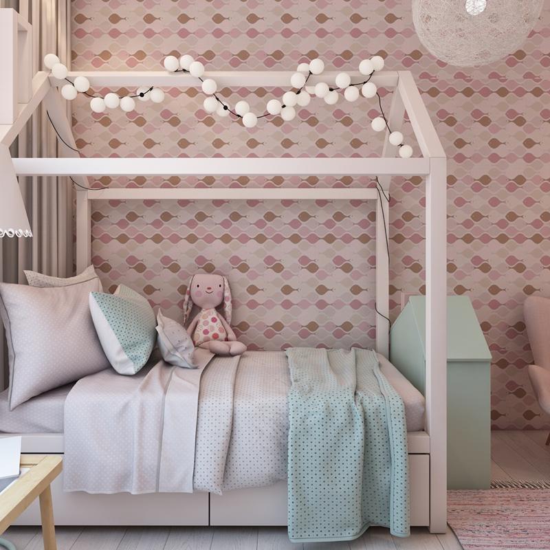 Giường ngủ có mái hình ngôi nhà, gắn thêm những quả bóng nhỏ sẽ khiến trẻ yêu thích.