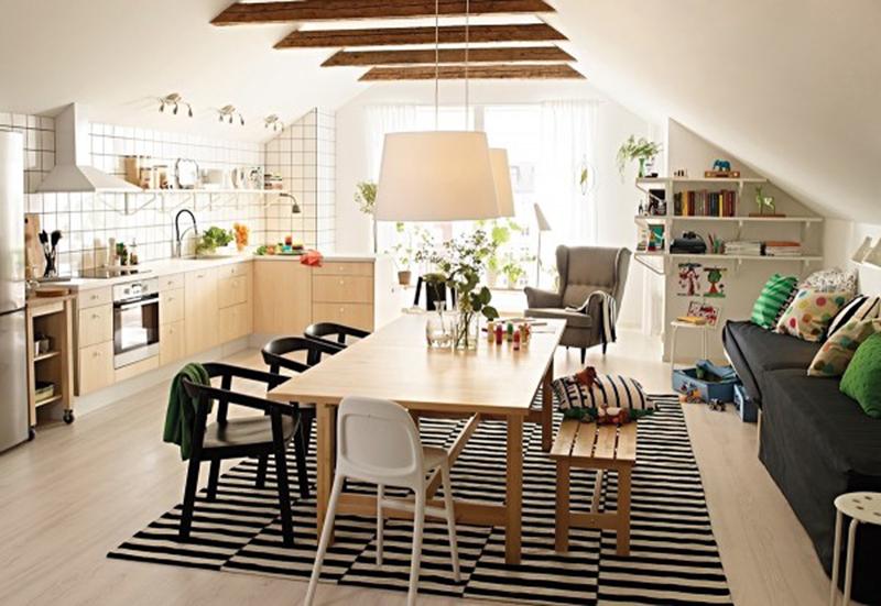 Bàn ăn, tủ bếp và sàn nhà được làm bằng gỗ có vân màu vàng sáng góp phần bừng sáng cho căn phòng.