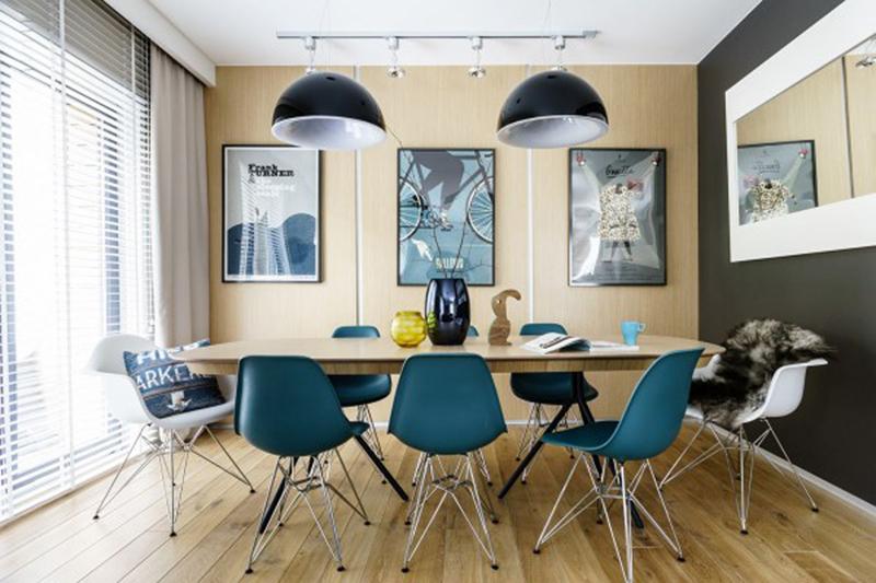 Những bức tranh treo trên tường đã góp phần làm nổi bật cho căn phòng.