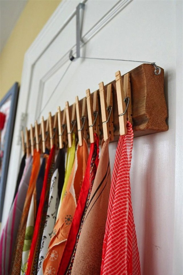 Các móc treo nhỏ cố định trên khung chính là vật dụng lưu trữ các loại khăn tuyệt vời để giảm tải cho tủ quần áo của bạn.
