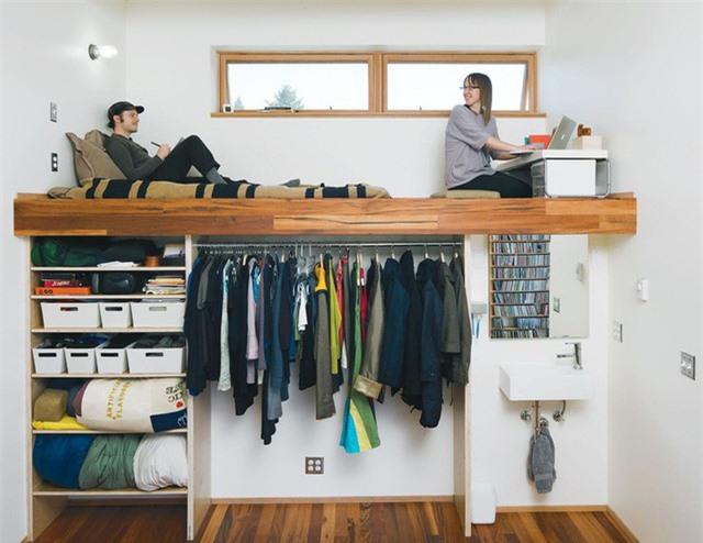 Mọi ngóc ngách trong nhà đều có thể tận dụng để làm tủ lưu trữ quần áo mở. Giống như thiết kế này chẳng hạn.