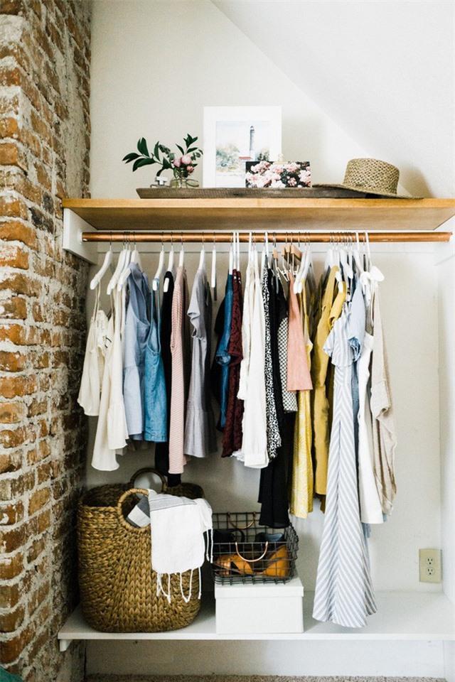 Một thanh gỗ nhỏ có thể trở thành một chiếc tủ lưu trữ mở ngay lập tức.